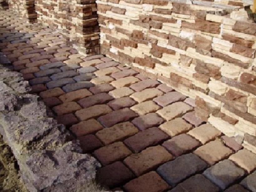 Дорожка из брусчатки и мощение стены натуральным камнем