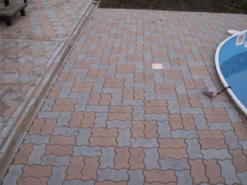 Тротуарная плитка, пример работы. Укладка плитки вокруг бассейна. Укладка водостоков.